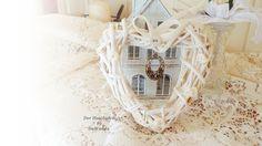 Das süße Rattanherz in winterweiß ist sehr romantisch & nostalgisch geschmückt. Eine schöne Deko für's Zuhause oder ein besonderes Geschenk zu eine...