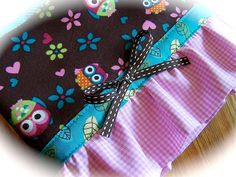This towel is decorated with owls. A delightful owl fabric makes a sweet border for this towel. I have trimmed the bottom with gingham and a bow. Owl Fabric, Kitchen Towels, Owls, Gift Wrapping, Diy Crafts, Sewing, Create, How To Make, Fun