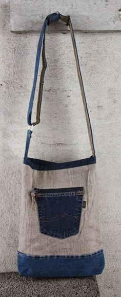 remember that linen pairs nicely with denim - - - Bag made of linen and recycled jeans. Jean Purses, Purses And Bags, Mochila Jeans, Denim Purse, Denim Crafts, Linen Bag, Old Jeans, Recycled Denim, Handmade Bags