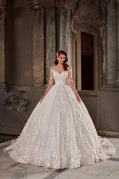 Rochie de mireasa stil printesa croita din tulle, aplicatii de broderie platinata. Un design care îmbina aspectul amplu al fustei cu senzualitatea unui decolteu inima si maneci de dantela . La toate acestea se adauga fusta stil rochie de bal rezultand o rochie eleganta, romantica si extrem de feminina. Wedding Dresses, Fashion, Jewelry Findings, Bride Dresses, Moda, Bridal Gowns, Alon Livne Wedding Dresses, Fashion Styles, Wedding Gowns