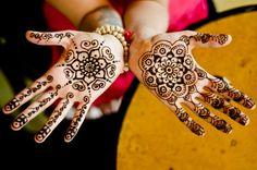 henné-cheveux-d-ailleurs-mains-jolie-tatouage
