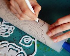 """Comment """"imprimer"""" le tissu - Clay Projects, Diy Projects To Try, Make Your Own Stencils, Roller Design, Pintura Exterior, Stencil Diy, Craft Night, Painted Paper, Polymer Clay Art"""