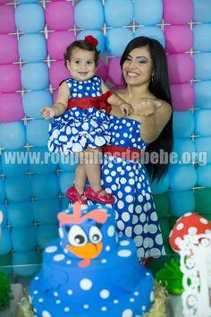 O colorido da decoração é uma atração à parte. As roupas combinam com o cenário do tema, dando destaque à aniversariante - a protagonista da festa - vestindo a mãe com o mesmo look.