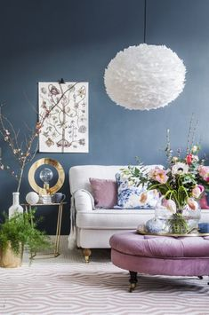 Låt ljuvliga fjäderlampan Eos från Vita sätta stilen i det lyxigt drömmiga vardagsrummet. Howardsoffa från Mio. Kruka i mässing och växt från Floristkompaniet. Rosa sittpuff från Två sekeler.
