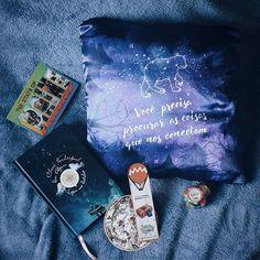 É muito difícil escolher a melhor viagem do Turista Literário... As surpresas são sempre muito queridas. Mas o melhor livro é 'Em algum lugar nas estrelas', sem dúvida. 💙  #desafioturista02