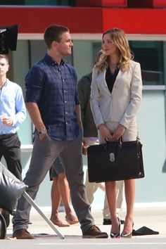 Stephen Amell & Katie Cassidy Gaze into Each Other's Eyes on the Set of 'Arrow'!: Photo Stephen Amell starts shooting an episode of the upcoming third season of his hit show Arrow on Friday afternoon (July in Vancouver, Canada. Arrow Cast, Arrow Tv, Oliver And Laurel, Kate Middleton, Steven Amell, Murder Mystery Games, Murder Mysteries, Arrow Season 3, Dinah Laurel Lance