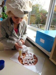 Taart decoreren met scheerschuim, kleuteridee.nl, thema bakker met kleuters