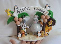 Topo de bolo para festa infantil com os personagens modelados em biscuit (PORCELANA FRIA), do desenho Madagascar.   Peça totalmente artesanal, sem a utilização de moldes de silicone, podendo ser personalizada de muitas maneiras.