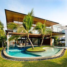 I love Indoor / Outdoor swiming pools!Fish house (© Patrick Bingham Hall)