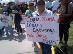 Periodistas de Honduras muestran sus armas: Libreta, pluma, cámara y grabadora.