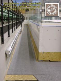 Sportboden im Eisstadion rund um die Eisfläche und Spielerbänken