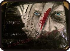 """Voici le gâteau peint au pinceau pour l'anniversaire de mon fils, fan de la série """"vikings""""  Ragnar"""