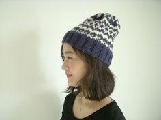 編み込み模様のニット帽です。ネイビーは、品のある色なのでとても重宝します。グレーとともにおすすめの色です。編み込み模様は、中が二重になっているのでとても暖かで...|ハンドメイド、手作り、手仕事品の通販・販売・購入ならCreema。