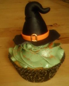 Witch's hat cupcake Cupcake Fondant, Halloween Ideas, Hat, Treats, Desserts, Food, Chip Hat, Sweet Like Candy, Tailgate Desserts