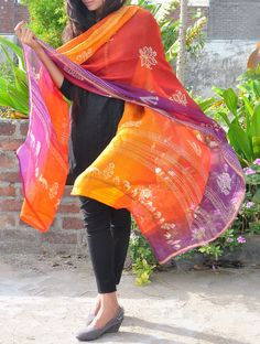 Coral & Purple Dupatta Love the dupatta, it really pops against the black salwar. Black Kurti, Black Anarkali, Pakistani Outfits, Indian Outfits, Indian Clothes, Ethnic Fashion, Indian Fashion, Womens Fashion, Indian Attire