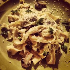 tagliatelle with pepper and juniper, served with mushrooms, peas, cheese and basil