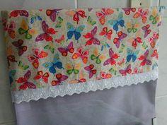 Pano para fogão 4 bocas com aba de encaixe.  Em tecido de poas na cor lavanda, com aba estampada em borboletas,ambos  100% algodão.  Mede 53 cm larg x 50 cm alt. R$ 28,00