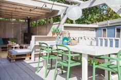 Het terras van de Ibiza Surf Lodge heeft niet alleen een ideale veranda, maar ook een schitterende eettafel. Heerlijk buiten eten onder het Zeeuwse zonnetje, wat wil je nog meer? Ibiza, Surf Lodge, Outdoor Furniture Sets, Outdoor Decor, Glamping, Surfing, Florida, Patio, Home Decor