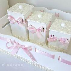 Olha que fofooo esse kit higiene branquinho, com pérolas e lacinho rosa bebê. Encomende conosco! Para mais informações, fale conosco pelo Whatsapp 📲 (33) 99120-9486 ou Direct Enviamos para todo Brasil 🚚 #CabideParaBebê #CabideDePérolas #KitHigiene #Cabides #Pérolas #QuartinhoDeBebe #CantinhoDeBebe #Presente #Decoração #BabyRoom #QuartoDeBebê #QuartoDeMenina #QuartoDeMenino #MãeDeMenina #MãeDeMenino Wooden Toy Boxes, Wooden Toys, Bling Pacifier, Decoupage, Kit Bebe, Dream Bath, Baby Kit, Candy Colors, Baby Room