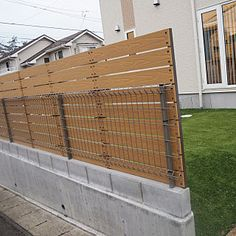 Dog Backyard, Small Backyard Design, Backyard Fences, Small Space Gardening, Garden Spaces, Fence Wall Design, Timber Screens, Japanese Furniture, Outdoor Stairs