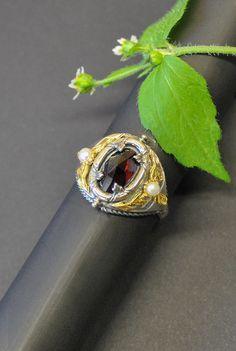 """Du magst lieber aufwendigen Trachtenschmuck? Dann empfehlen wir dir unser Schmuckset """"Lorbeer"""" Hier findest du den Silberring aus dem Trachtenschmuck Set. Class Ring, Rings, Jewelry, Brooch, Earrings, Beads, Pretty Rings, Stud Earring, Red"""