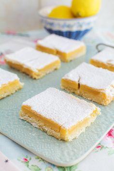 """En este vídeo os muestro cómo hacer unos cuadraditos de limón o también llamados """"lemon bars"""". Son rápidos y sencillos de hacer y para los que nos gustan los postres con sabores cítricos, ¡resultan deliciosos! Os cuento que tienen un sabor intenso a limón y una textura cremosa, por lo que me parecen perfectos para una merienda, o incluso para después de las comidas. El proceso consta de dos partes. En la primera, hacemos una base muy sencilla que horneamos para que nos dé el toque crujiente…"""