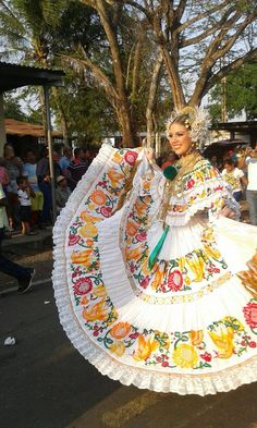 Panamá polleras Mexican Fashion, Costumes Around The World, Mexican Dresses, Folk Costume, Quinceanera Dresses, Grace Kelly, Dance Dresses, Traditional Dresses, Mexicans