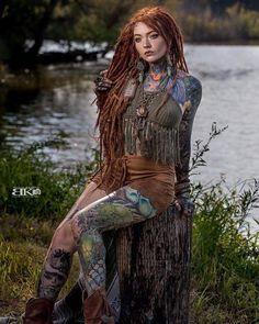 Hot Inked Girls, Tattoed Girls, Sexy Tattoos, Girl Tattoos, Female Dreads, Dreadlocks Girl, Beautiful Dreadlocks, 1 Tattoo, Dreadlock Hairstyles