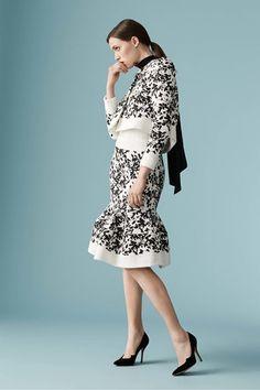 Guarda la sfilata di moda Carolina Herrera a New York e scopri la collezione di abiti e accessori per la stagione Pre-collezioni Primavera Estate 2017.