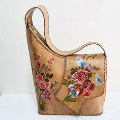 Discover recipes, home ideas, style inspiration and other ideas to try. Leather Art, Leather Gifts, Leather Bags Handmade, Handmade Bags, Handmade Crafts, Cross Body Handbags, Tote Handbags, Purses And Handbags, Leather Purses