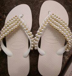 Havaiana top cor branca com manta de pérolas  Branca e dourado.  Pode ser feita em outras cores  Por favor Informar a numeração na hora do pedido.