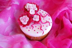 No idea how to decorate your cupcakes, so they are looking cute and girly? Here's a collection of adorable girly cupcakes. Polka Dot Cupcakes, Floral Cupcakes, Love Cupcakes, Fondant Cupcakes, Yummy Cupcakes, Decorated Cupcakes, Cupcake Bakery, Cupcake Art, Cupcake Cookies