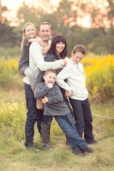 Beautiful family photo session. Love their outfits too.