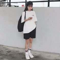 Elastic Waistband Shorts With a relaxed fit, these cotton shorts are just in time for summer. With an e… (With images) Boyish Outfits, Tomboy Outfits, Cute Casual Outfits, Mode Outfits, Retro Outfits, Grunge Outfits, Ulzzang Fashion, Tomboy Fashion, Look Fashion
