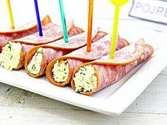 Nόστιμα και χορταστικά ρολά με ζαμπόν και τυρί. Αυτό το νόστιμο σνακ είναι τέλειο, για κάθε μέρα αλλά και για γιορτινό τραπέζι. Υλικά Ζαμπόν 100 γρ Σκληρό τυρί - 100 γρ Μαγιονέζα - 40 γρ Άνηθο - 3 κλωναράκια Αλάτι Μαύρο πιπέρι  Οδηγίες  Τρίβουμε Party Finger Foods, Party Time, Sausage, Appetizers, Snacks, Meat, Recipes, Kitchens, Appetizer