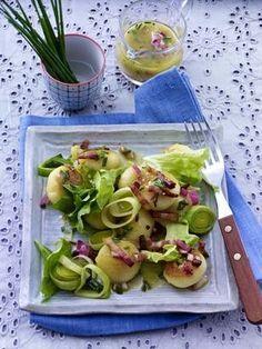 Das Rezept für Knödel-Salat mit Porree und Speck-Vinaigrette und weitere kostenlose Rezepte auf LECKER.de