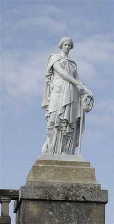 """Statue """"Aurelia Victorina, princesse gauloise"""", surnommée """"la mère des camps"""", présentée au salon de 1857 - marbre blanc - hauteur 2.35 m, largeur à la base : 0,79 m - Bassin des cascades - Parc du château de Fontainebleau"""