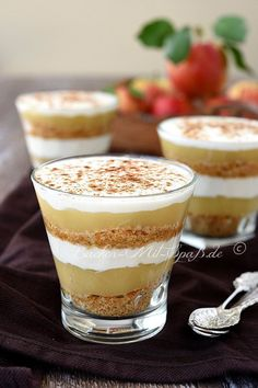 Apfelmus- Joghurt- Dessert Applesauce yoghurt dessert Related posts: No-Bake Chocolate Eclair Dessert ~ A classic! Creamy, delicious, and comforting…. Quick Healthy Desserts, Easy Desserts, Healthy Snacks, Stay Healthy, Healthy Recipes, Health Desserts, Healthy Fats, Oreo Desserts, No Bake Desserts