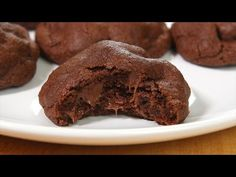 I've always thought that double chocolate chip cookies were somehow more complicated to make than other cookies…But they aren't! Cookie Desserts, Cookie Recipes, Dessert Recipes, Fun Cookies, Cake Cookies, Biscuit Bar, Double Chocolate Chip Cookies, Sweet Treats, Chips