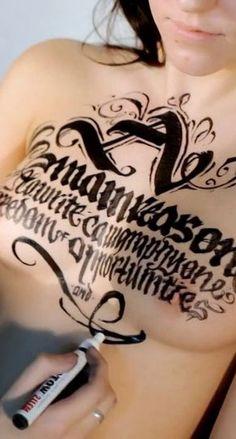 """Calligraphy on girls . Tania Segundo vídeo de """"Calligraphy on girls"""" que ponemos en el blog. Intuyo que tendremos una entrada fija cada X tiempo con los bonitos vídeos de caligrafía sobre piel humana."""