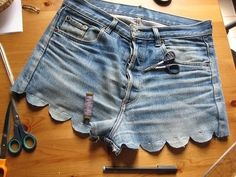 great idea for old jeans - diy scalloped shorts Diy Shorts, Diy Jeans, Ruffle Shorts, Cotton Shorts, Look Fashion, Diy Fashion, Ideias Fashion, Fashion Shorts, Hotpants Jeans