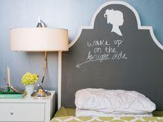LEMBRETES MATUTINOS | que tal pintar a cabeceira com tinta de lousa e aproveitar para deixar lembretes para você ler logo quando acordar? #cabeceiracriativa #TecnisaDecor #Tecnisa Foto: OnlineMagazine