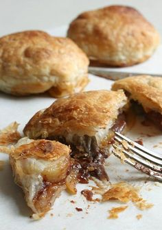 Chocolate Banoffee Puffs 18 Easy And Inexpensive Desserts You Can Make With Puff Pastry Just Desserts, Delicious Desserts, Dessert Recipes, Yummy Food, Breakfast Recipes, Puff Pastry Desserts, Puff Pastry Recipes, Puff Pastries, French Pastries