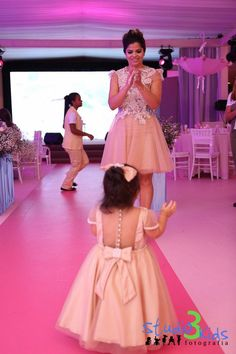 """""""Mommy claps when she sees me in a dress like hers. Mother Daughter Dresses Matching, Mother Daughter Fashion, Mom Daughter, Matching Family Outfits, Mommy And Me Outfits, Kids Outfits, Dress Anak, Kids Frocks, Lace Outfit"""