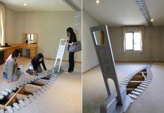 Depuis quelques années, l'artiste japonais Jun Kitagawa installe ses fermetures éclairs géantes dans les lieux publics à travers le Japon.  Ces installations en 2D et 3D sont à la fois esthétiques et pourvues de sens. Elles offrent aux passants la possibilité d'imaginer ce qu'il peut y avoir derrière, en dessous, de l'autre coté. Ne pas rester sur ses acquis, libérer l'imagination et la rêverie !