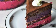 Tort czekoladowy z musem jagodowym i wiśniowym na świątecznym stole.