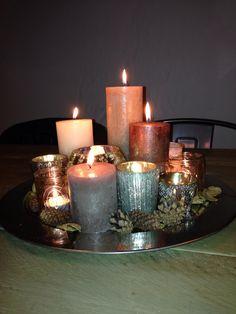Zilveren schaal met waxinelichtjes en kaarsen