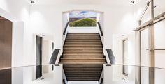 Casper Schwarz Architects project Jones Day Amsterdam, Classic modern interior design, mirror table and staircase
