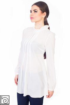 Блузка белая нарядная, удлиненная, на воротнике оборка, Складки спереди, рукав длинный..  Vicolo Northland. Италия..