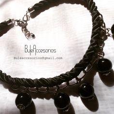 Cordón de seda, cadena y piedras